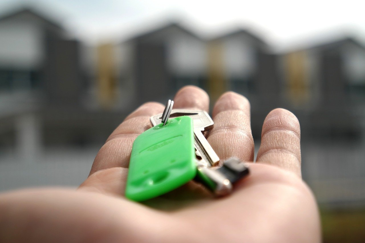 House keys in hand | How to be a successful real estate agent
